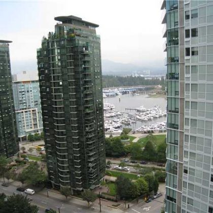 Двух-бедрумная квартира с видом на залив и горы в престижном районе даунтауна. $ 689,000